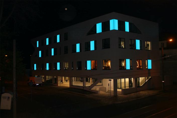 Partielle LED Fassadenbeleuchtung bei Nacht
