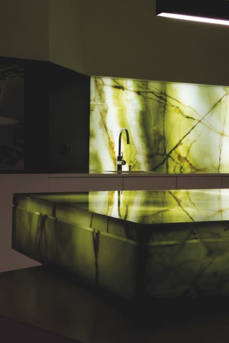 Beleuchtete Küchenrückwand in Marmor-Optik
