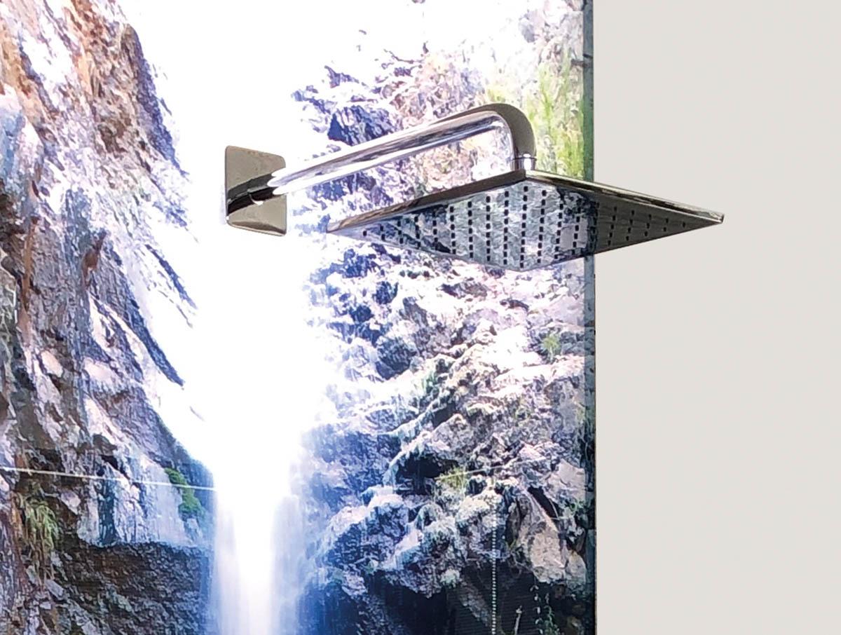 Beleuchtete Duschrückwand mit Wasserfall-Motiv