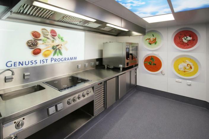 Beleuchtete Küchenrückwand mit Food-Motiven